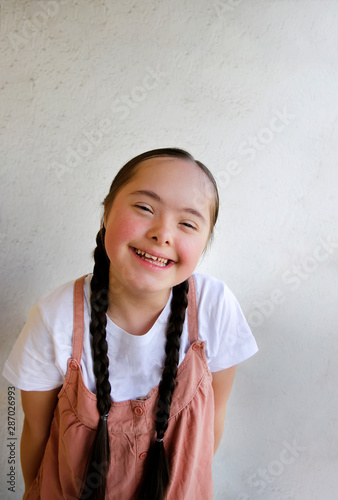 Obraz na plátně  Portrait of little girl smiling on background of the wall