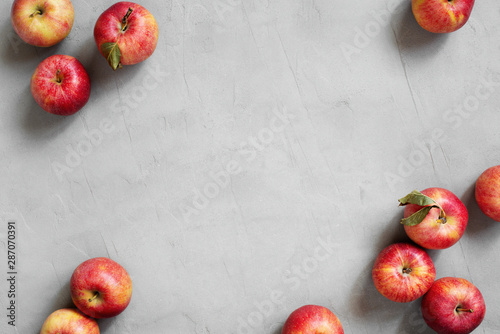 Obraz na plátně Background with red fresh juicy apples on the grey table