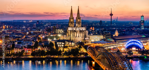 Foto auf AluDibond Dunkelbraun Beautiful night landscape of the gothic Cologne cathedral, Hohenzollern Bridge and the River Rhine at sunset and blue hour in Cologne, Germany