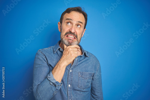 Cuadros en Lienzo Handsome middle age senior man with grey hair over isolated blue background Thin