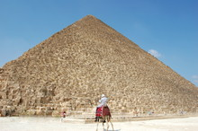 Egypte, Le Caire, La Pyramide De Khéops A été Construite Il Ya Plus De 4500 Ans Et Muserait 146 Mètres De Haut. Elle Figure Sur La Liste Des Sept Merveilles Du Monde.