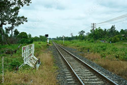 Obraz Bahngleise in einem Dorf in Thailand - fototapety do salonu