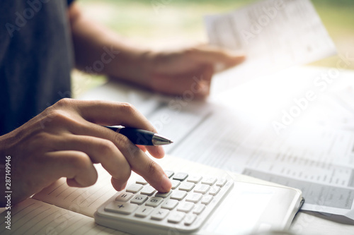 Fotografía  Man use calculators and documents that calculate expenses in the home office