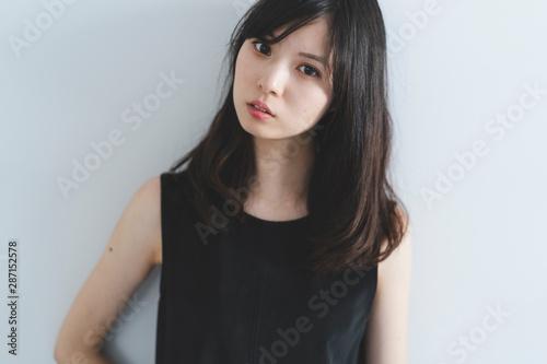 Obraz 黒いワンピースの女性 - fototapety do salonu
