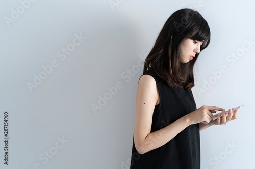 Fototapeta  スマートフォンを使う女性