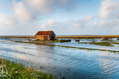 Foto Spring tides flooding the old harbour at Thornham