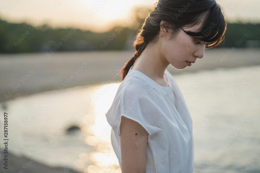 Fototapeta 夕暮れの海の女性