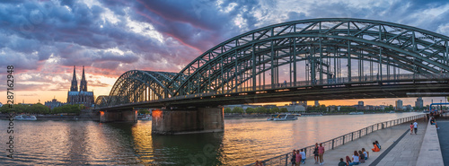 Photo sur Aluminium Ponts Cologne bridge with sunset and clouds
