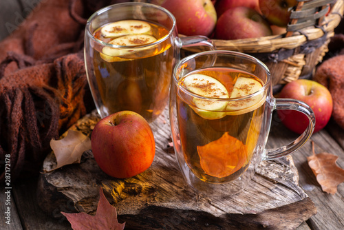 Two Cups of Cider With Apple Slices Tablou Canvas