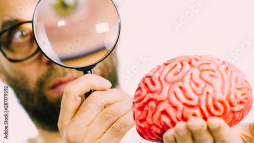 Man looking at human brain - 287179392