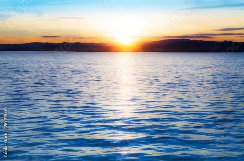Fototapety, obrazy: amanecer en el mar tras las montañas