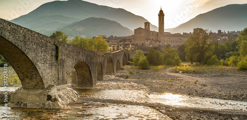 Photo The town of Bobbio and the old medieval bridge