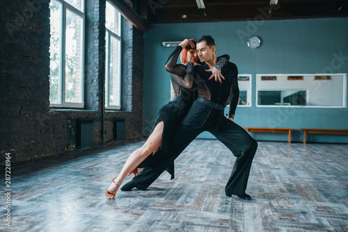 Fotografia Two dancers in costumes on ballrom dance training