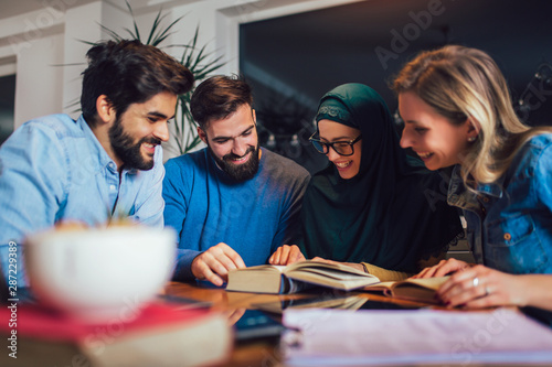 Fotografía  Group of students of diverse ethnic learning at home