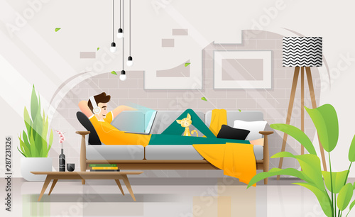 Foto  Happy young man lying on sofa with laptop in living room, relaxing weekend at ho