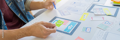 Foto  Creative Web Designer planning application and developing template layout, framework for mobile phone