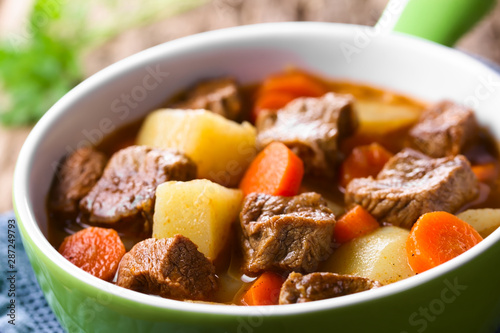 Leinwand Poster Fresh homemade beef stew with carrot and potatoes served in green bowl (Selectiv