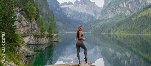 Fotografia  Young sports fitness girl in nature