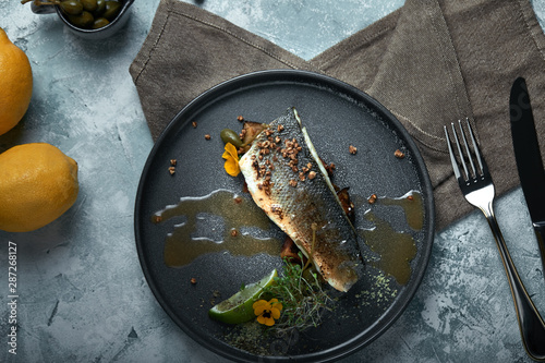 Fotografia Grilled seabass with eggplant and lime