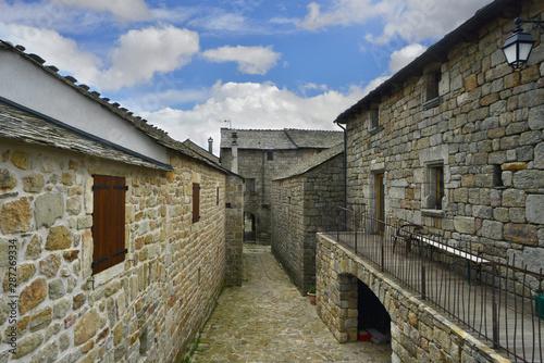 Plongée dans La Garde-Guérin village médiéval, Lozère en Occitanie, France
