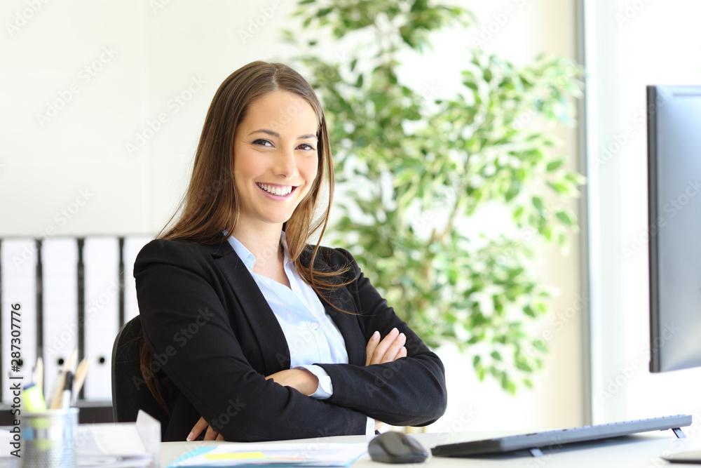 Leinwandbild Motiv - Antonioguillem : Happy businesswoman at office posing looking at you