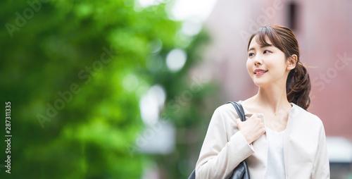 Fototapeta 街を歩く女性 obraz