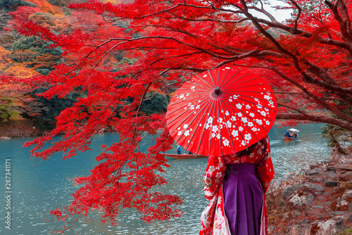 Foto op Canvas Rood Travelers wear a kimono to see the beauty of autumn