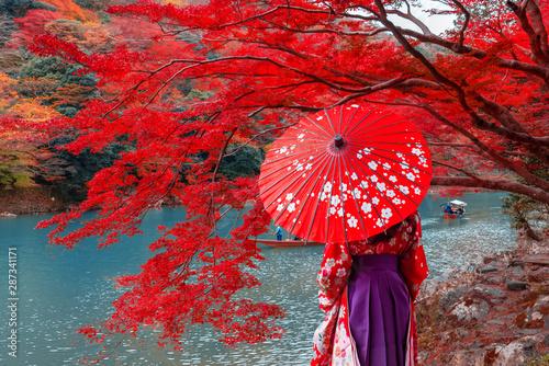Foto auf AluDibond Rot Travelers wear a kimono to see the beauty of autumn