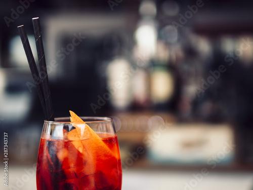 Pinturas sobre lienzo  Glass of beverage with orange slices
