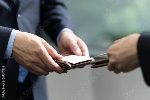 Fototapeta 名刺交換をするビジネスマンの手元のアップ obraz