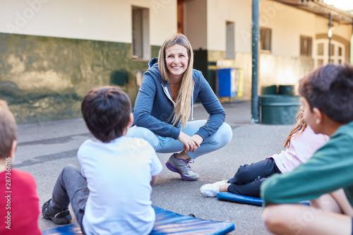 Lehrer und Schüler im Sportunterricht Fototapete