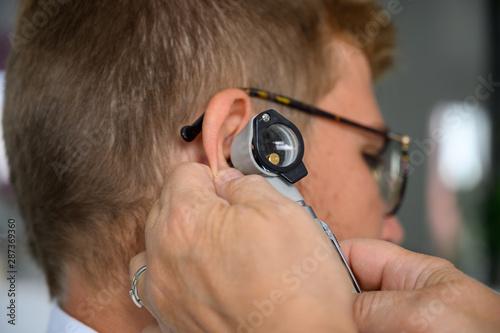Otoscope dans une oreille Canvas Print