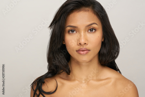 Fotografía  Portrait of young asian woman with black hair in studio