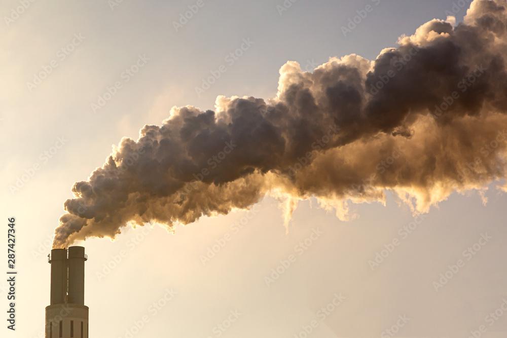 Fototapeta viel Rauch tritt aus dem Schornstein aus und verschmutzt die Umwelt