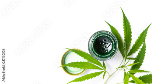 Photo Cannabis paste and leaves isolated on white