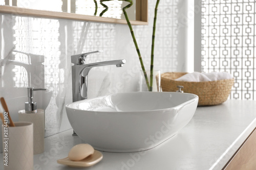 Fotomural  Stylish vessel sink under mirror in bathroom. Interior element