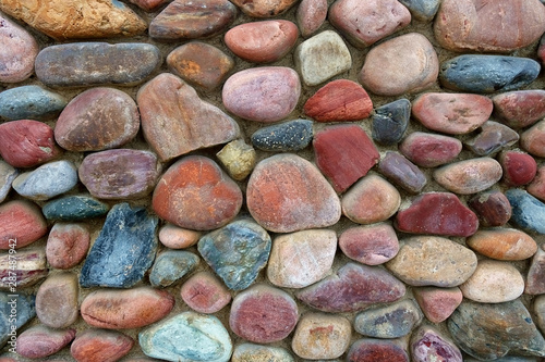 Pattern of rocks that make up a section of stone wall.