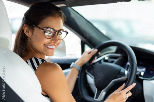 Cuadros en Lienzo Businesswoman feeling excited in the morning while driving to work