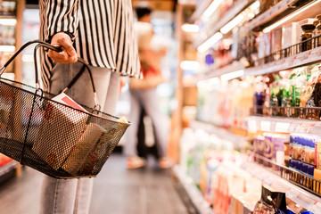 Kobiety wybierające produkty w supermarketach, gotowe jedzenie, zakupy
