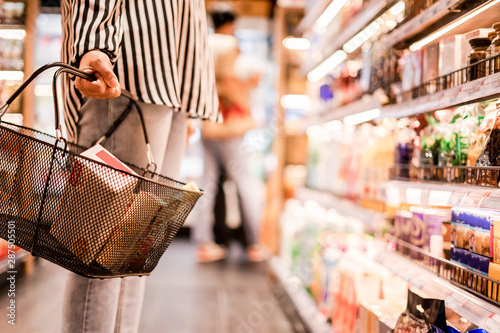 Fotomural Women choosing products in supermarkets, ready-to-eat food, shopping