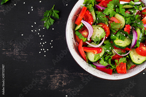 Fotomural  Tomato and cucumber salad with red onion, paprika, black pepper and parsley