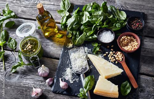 Fotografía classic Basil pesto sauce and main ingredients