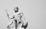 Potężny bóg morza i oceanów Neptun (Posejdon) Starożytny posąg. Obraz czarno-biały. - 287522564