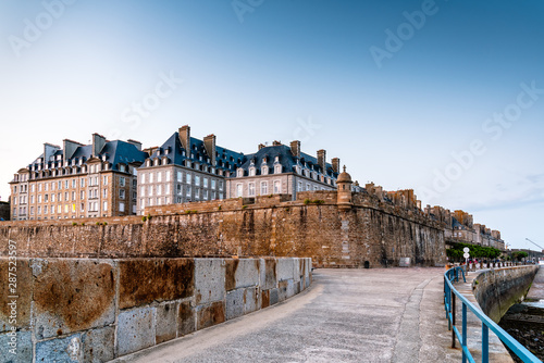 Fotografia View of the walled city of Saint Malo at sunset