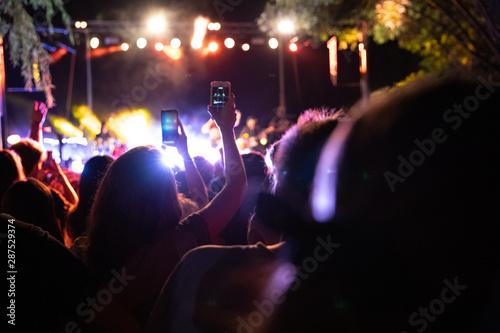Fotografie, Obraz  El público graba su teléfono inteligente un concierto musical por la noche