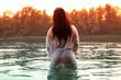 canvas print picture - Frau in weißem Kleid steht in See, Sonnenuntergang