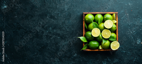 Canvas Print Green lime in a wooden box