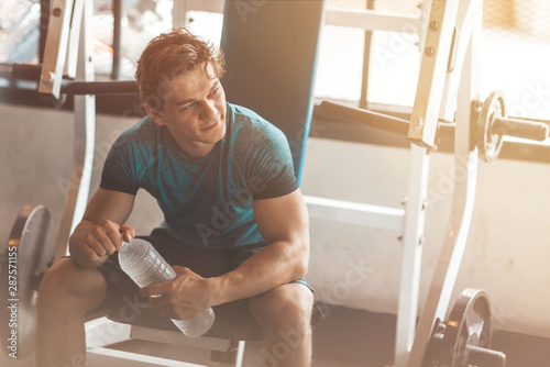 Fotomural  Portait of young man going to exercise in gym