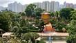 Leinwanddruck Bild Chinesische Pagode im Nan Lian Garden mit Hochhäusern und Parkanlage in Hongkong