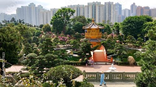 Leinwanddruck Bild - Tamme : Chinesische Pagode im Nan Lian Garden mit Hochhäusern und Parkanlage in Hongkong